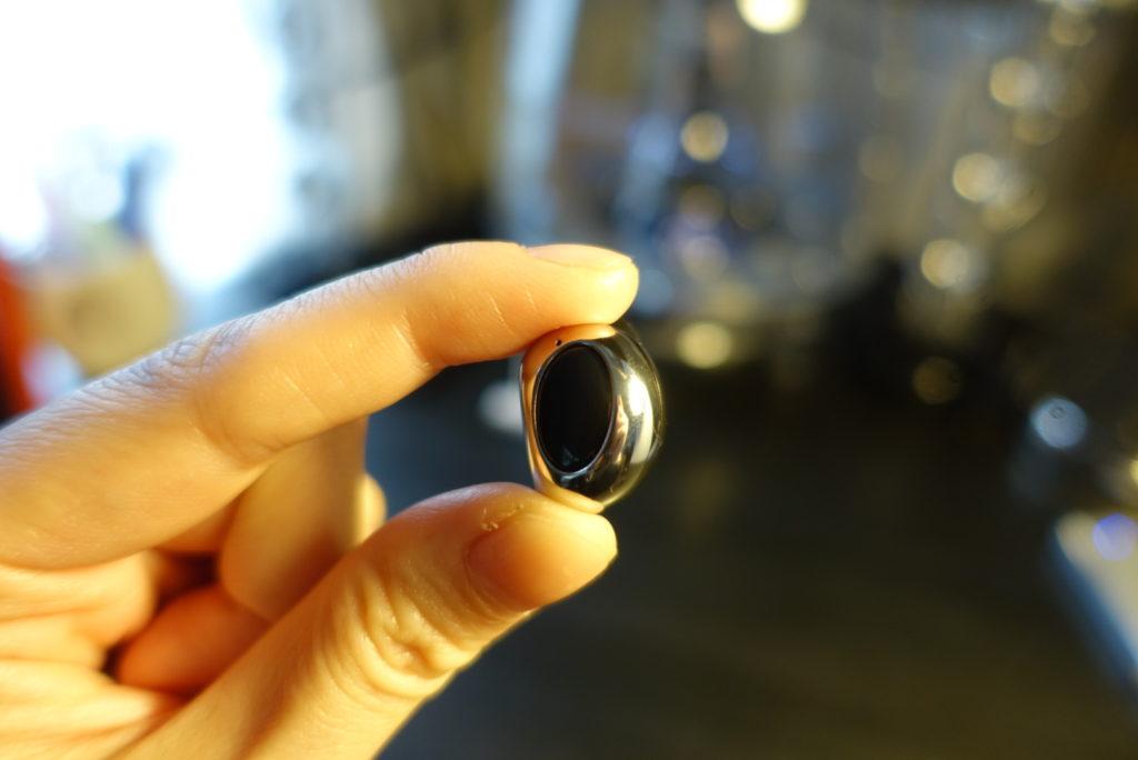 最小片耳Bluetoothイヤホンはかなりコンパクト