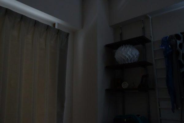 朝なのに光が入らず暗い部屋