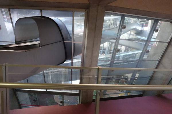 シャルルドゴール空港の中のエスカレーター