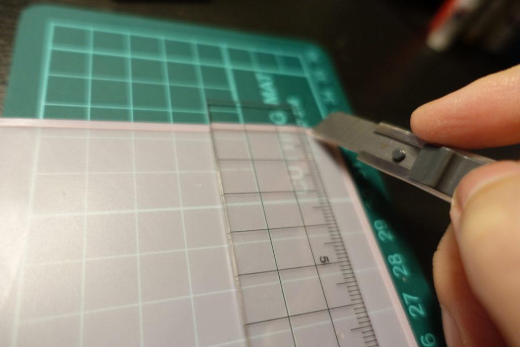 シリコンマットをキーボードの大きさにカットします