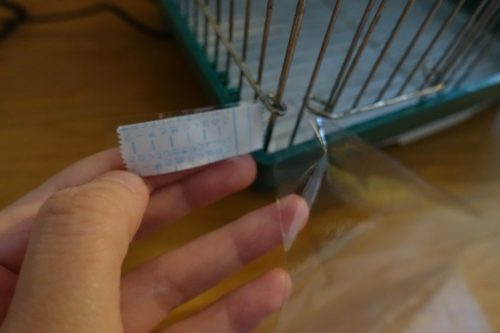 テーブルクロスに両面テープを貼りつける