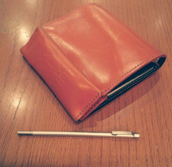 abrAsus(アブラサス)の財布と無印良品の極小ボールペン
