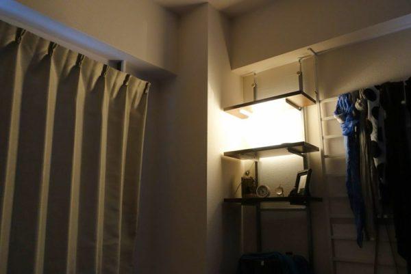 間接照明がついて明るい部屋