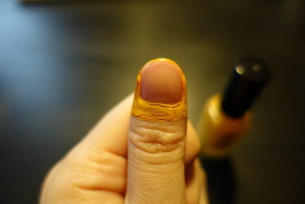 100均のキャンドゥ「Peel Off manicure」を爪のまわりに塗る