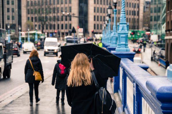 折り畳み傘をさす女性
