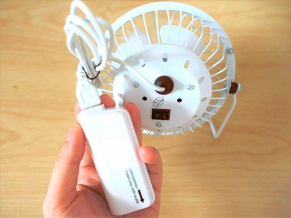 100均のダイソーのUSB扇風機と充電器をつないだ状態