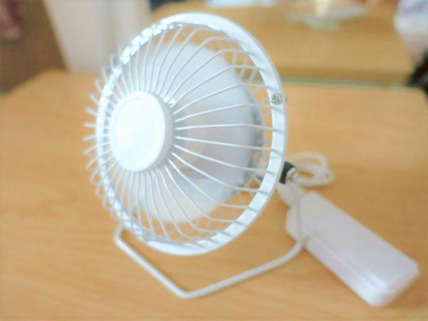 100均のダイソーのUSB扇風機をポータブル充電器につないだところ