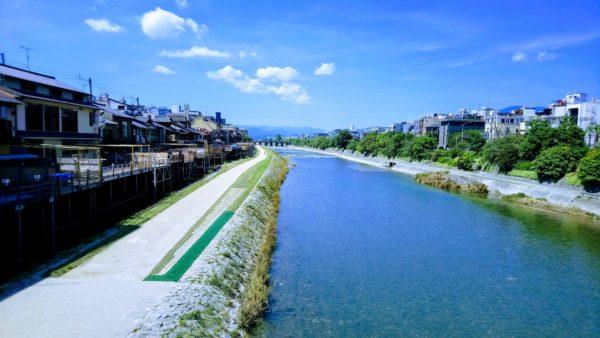 夏の昼間の京都の鴨川