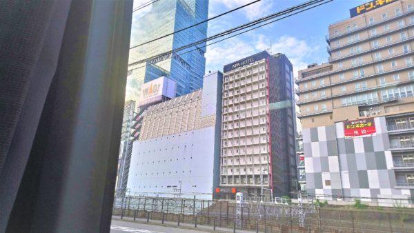 夜行バスの窓からみる大阪の街並み
