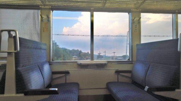 川遊びの帰りの電車で雲がきれい