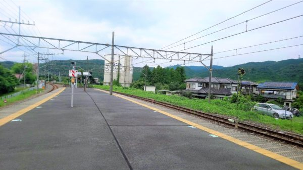 高麗駅のホームは見渡す限り山と緑