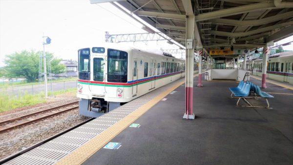 高麗駅のホームに電車が止まっている