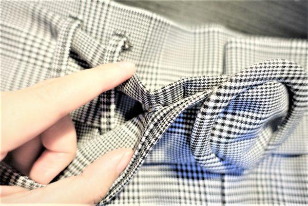 ピンなしバックルベルトに縫いつけたスナップの位置が正しいか再確認する