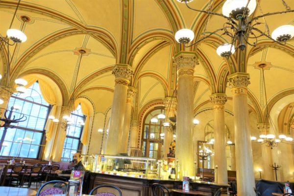 Cafe Centralの中はカフェなのにお城のように豪亜