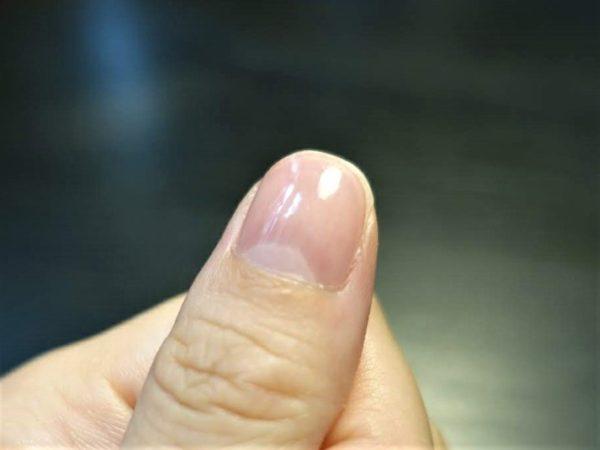 ガラス製爪磨きのゴクツヤシャインで磨いた後の爪