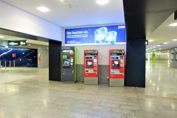 ウィーン国際空港からSバーン(電車)のホームへ向かう途中にある切符の発券機
