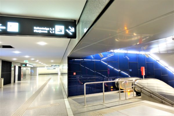 ウィーン国際空港からSバーン(電車)のホームへ向かう