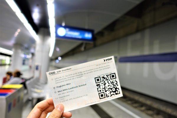 ウィーン国際空港のSバーン(電車)のホームと切符