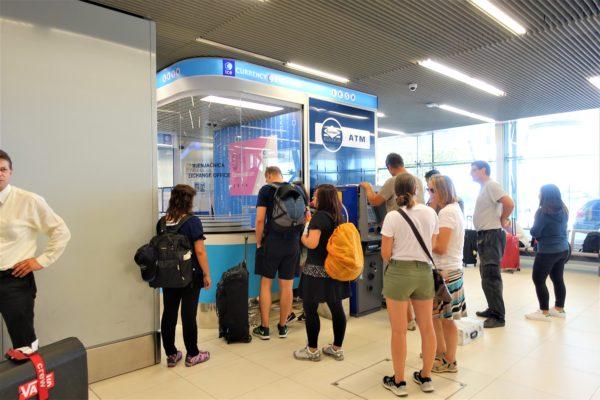 ドブロブニク空港の到着フロアにある両替所