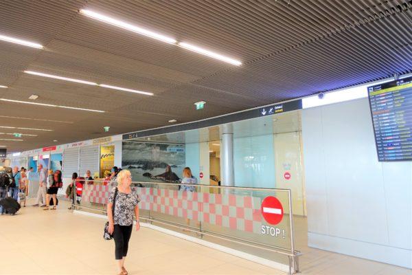 ドブロブニク空港の到着フロアの出口ゲート