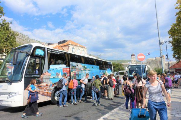 ペレ門前に到着した空港シャトルバス