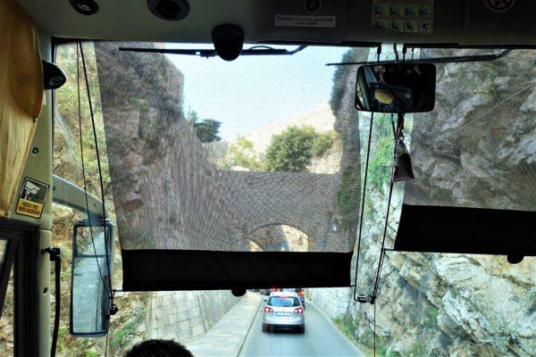 シャトルバスがペレ門に近づくと石の壁が出現しすれすれで通り抜ける