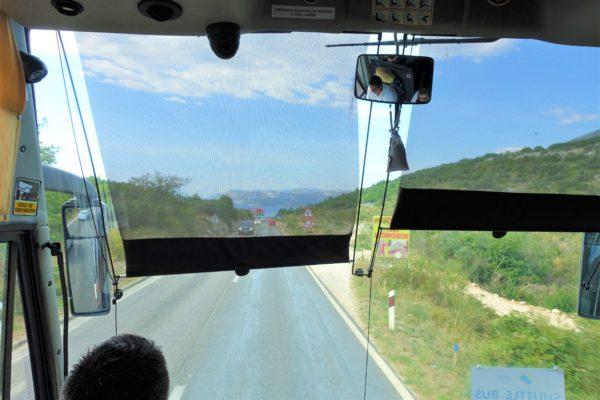ドブロブニク空港から空港シャトルバスでローカルな道を進む