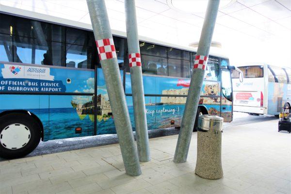 ドブロブニク空港の到着フロア出口に到着したアトラス社の空港シャトルバス