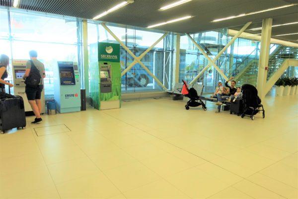 ドブロブニク空港の到着フロアを出るとすぐに空港シャトルバスが見える