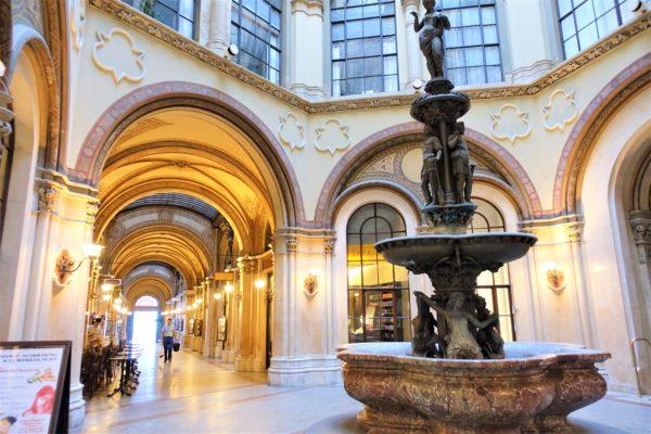 フェルステル宮殿近くの美しいアーケード