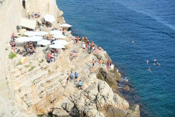 ドブロブニクの城壁巡りで見えた岸壁で海水浴を楽しむ人々