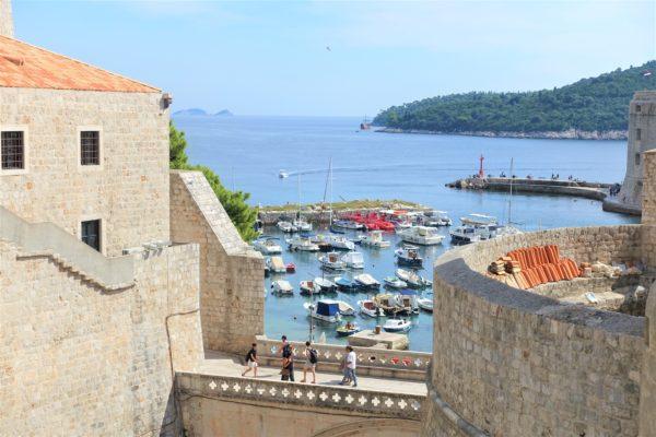城壁の隙間からみえたアドリア海