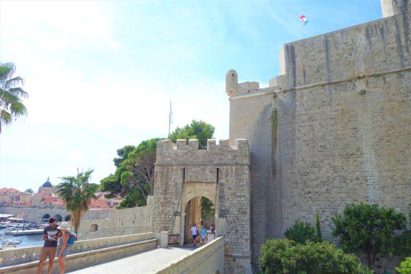 プロツェ門から城壁巡りの入り口に向かう