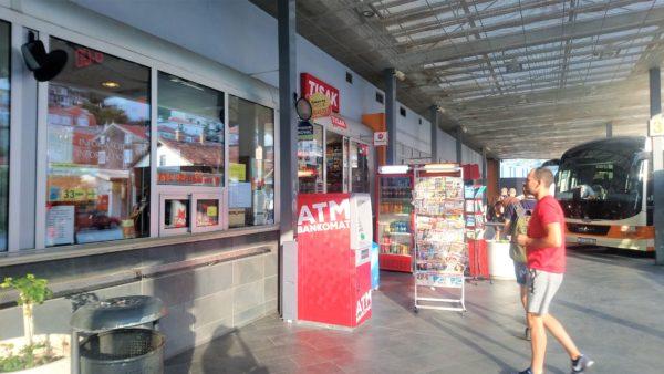 ドブロブニクの長距離バスターミナルの窓口