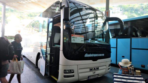 ドブロブニクの長距離バスターミナルに到着したバス