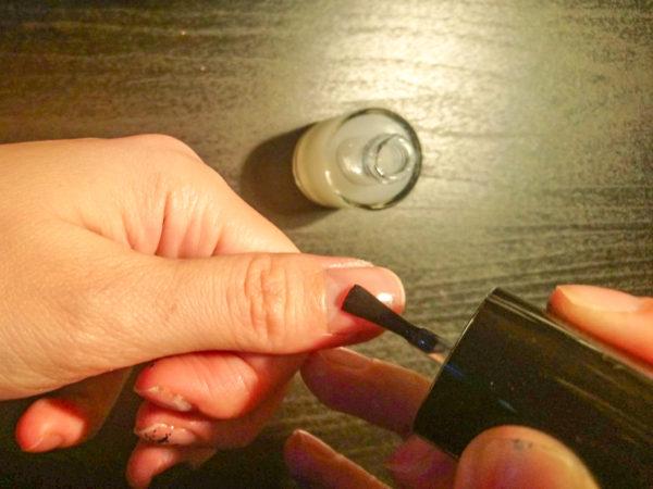 100均のキャンドゥの剥がせるベースコートを爪に塗る