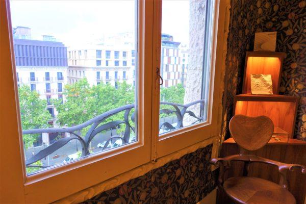 カサ・ミラ内部の部屋とガウディ設計の椅子