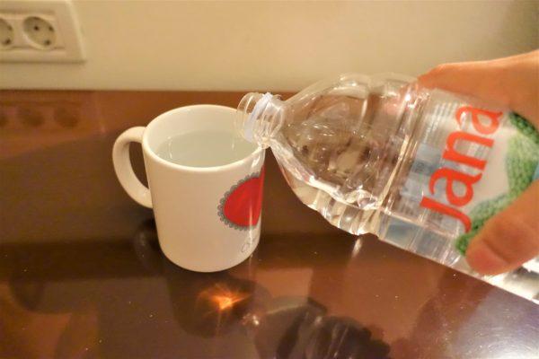 マグカップに飲料水を注ぐ