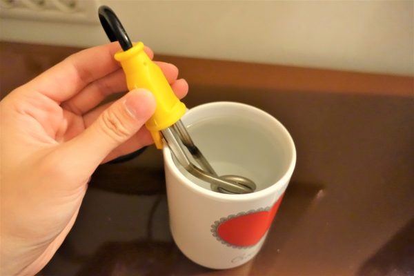 湯沸かし器をマグカップに入れる