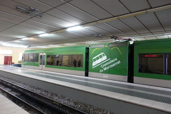 モンセラット駅に到着した登山鉄道