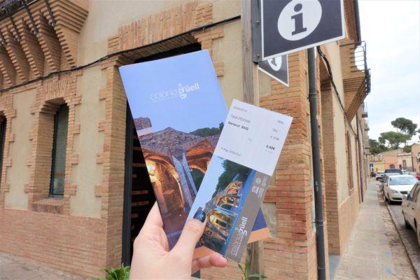 インフォメーションでコロニア・グエル教会のチケットを購入
