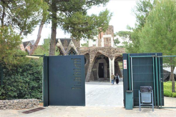 コロニア・グエル教会の入り口