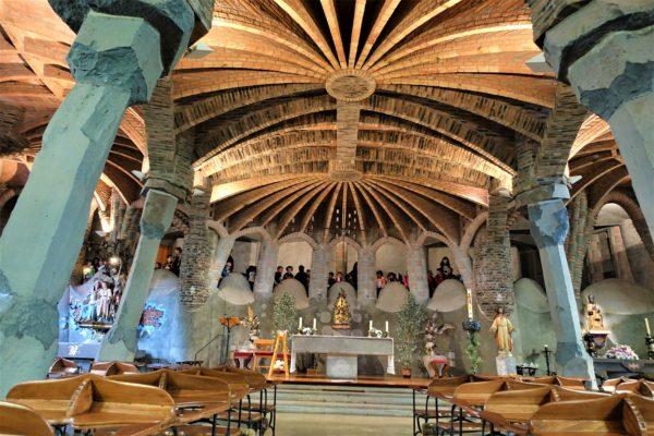 コロニア・グエル教会の内部