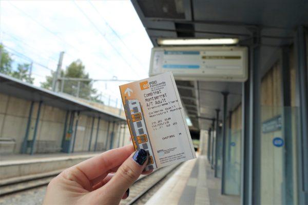 モンセラット方面のホームと往復チケット