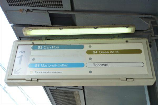 コロニア グエル駅の次の到着電車を知らせる掲示板