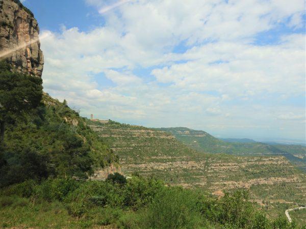 岩山の上にモンセラット修道院が見えてくる