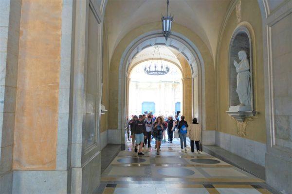 黒いマリア像に参拝するために並ぶ場所