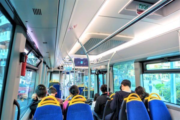 グエル公園行きの直通シャトルバスの車内