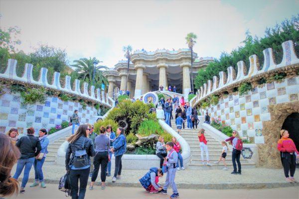 グエル公園の大階段とカラフルなトカゲ