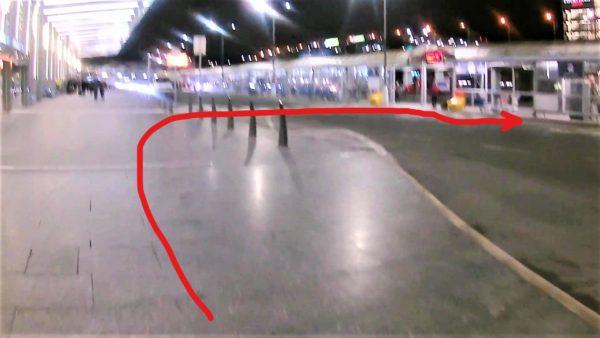 エアポート・エクスプレスのバス停に向かうためターミナル1の横断歩道を渡る